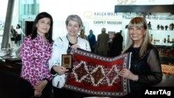 UNESCO baş direktoru Irina Bokova (ortada) Bakıdakı xalça muzeyində (2015)