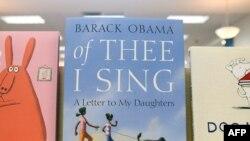 Одна из книг президента США Барака Обамы в книжном магазине в Сан-Франциско, 16 ноября 2010 года.