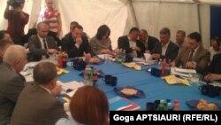 Первой и самой главной темой сегодняшней встречи в селе Эргнети в рамках МПРИ, на обсуждение которой ушла львиная доля времени, были фортификационные работы близ села Дици