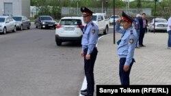 Мекеме маңын бақылап тұрған полиция. Көрнекі сурет.