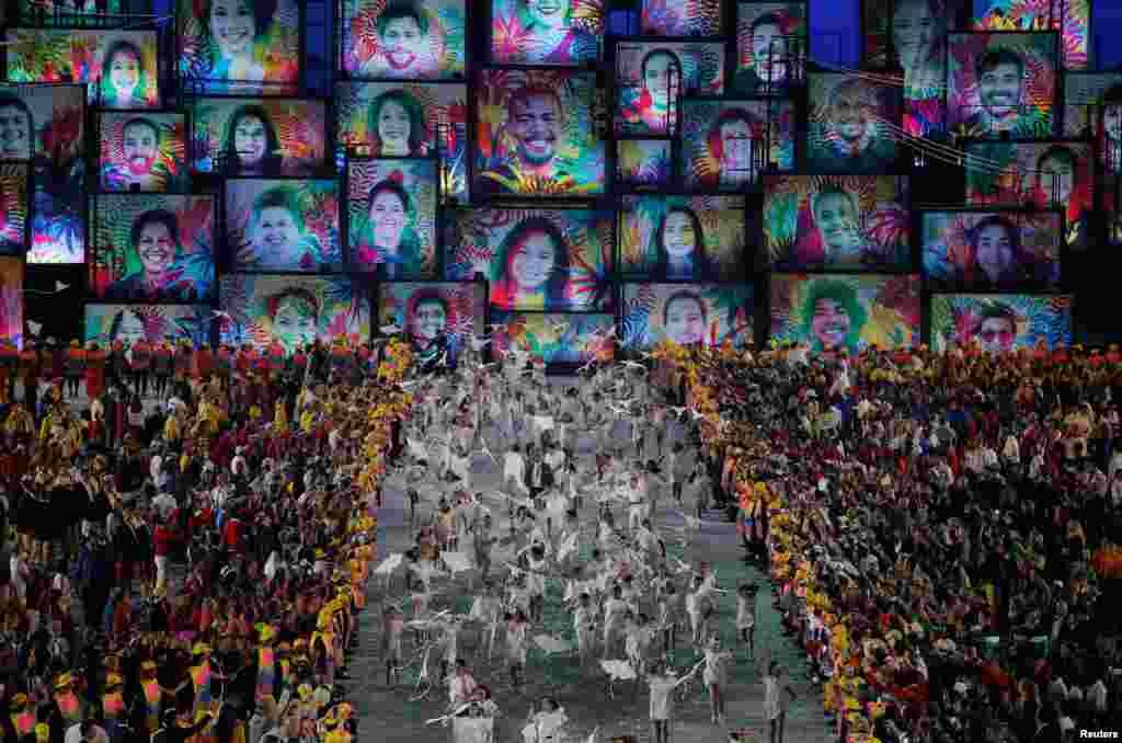 Во время церемонии открытия Олимпиады в Рио дети выбежали на стадион с воздушными змеями в форме белого голубя - символа мира