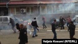 Полиция применила слезоточивый газ против демонстрантов. Приштина, 9 января 2016 года.
