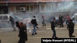 Полиция наразыларға көзден жас ағызатын газ шашты. Косово, 9 қаңтар 2016 жыл.