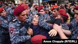 Поліція затримує протестувальників у Єревані, Вірменія, 20 квітня 2018 року