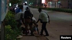 Një person i plagosur evakuuohet pas sulmit në një restorant në Burkina Faso