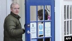 Մեծ Բրիտանիա - Ջուլիան Ասանժը ամենօրյա այցն է կատարում ոստիկանատուն, Բեքլզ, Սաֆոլք, դեկտեմբեր, 2010թ.