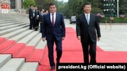 Кыргызстандын президенти Сооронбай Жээнбеков жана Кытайдын төрагасы Си Цзинпин. Бээжин, 6-июнь, 2018-жыл.