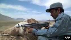 Një polic afgan në pozitë luftarake afër Kandaharit