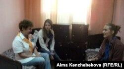 """Старший инструктор лагеря """"Связист"""" с отдыхающими детьми в одной из комнат лагеря. Алматы, 25 июня 2013 года."""