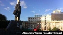 Площа Леніна в Донецьку: вдалині видно намет комуністичної партії України. На цій площі проходять мітинги угруповання «ДНР», яке в Україні визнане терористичною організацією