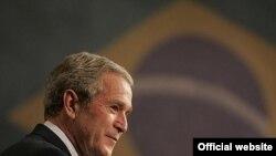 جرج بوش اولين رييس جمهوری آمریکا پس از ریگان است که به کلمبيا سفر می کند.