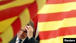 Глава регионального правительства Артур Мас на фоне флага Каталонии