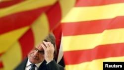 آرتور ماس، رئیس حکومت محلی کاتالونیا در میان پرچمهای کاتالونیا.