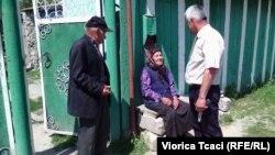 Primarul Valentin Danu vorbind cu oameni în vârstă de la Logănești