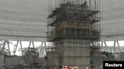 Спасатели работают на месте обрушения строительных конструкций. Фэнчен, Китай, 24 ноября 2016 года.