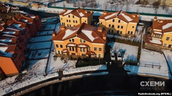 Навесні 2016 року син чиновника став власником будинку на понад 200 квадратних метрів