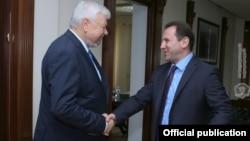 Министр обороны Армении Давид Тоноян (справа) принимает личного представителя действующего председателя ОБСЕ, посла Анджея Каспшика, Ереван, 20 ноября 2019 г..