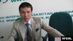 Жомарт Ертаевтың қазақстандық банкті басқарған кездегі суреті. Алматы, 8 шілде 2009 жыл.