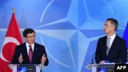 Ahmet Davutoglu (majtas) dhe Jens Stoltenberg gjatë një konference për media sot në Bruksel