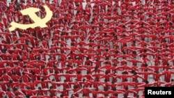Қытай компартиясының 90 жылдығына орай мектеп шәкірттері компартия туын бейнелейтін парадта тұр. Цзянси провинциясы, Қытай, 20 маусым 2011 ж.