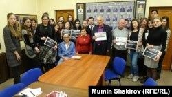 Ида Спектор и Олег Морткович в окружении московских студентов в дни памяти жертв Холокоста