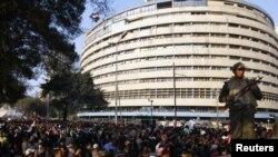 демонстранттар мамлекеттик телевидениенин имаратынын жанында, 11-февраль.