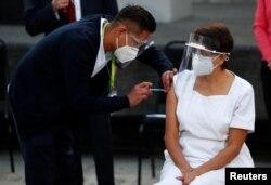 """Мария Ирене Рамирес айым """"Pfizer/BioNtech"""" вакцинасы менен эмделип жатат. Мехико шаары, Мексика. 2020-жылдын 24-декабры."""