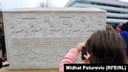 Replika poznatog Zgošćanskog stećka postavljena 2011. ispred zgrade institucija BiH u SarajevuSarajevo, 05Dec2011