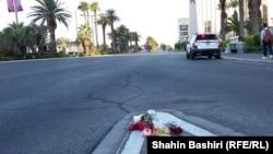 Цветы на месте гибели людей в результате стрельбы в Лас-Вегасе. 4 октября 2017 года.