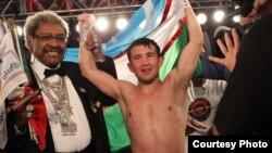 Bahodir Mamajonov mashhur boks promouteri Don King bilan.