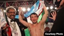 Dongdor boks promouteri Don King va Bahodir Mamajonov, Las Vegas sh., 2013 yilning 12 apreli.