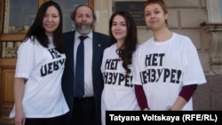 Александра Гармажапова (слева), Борис Вишневский и другие петербургские активистки