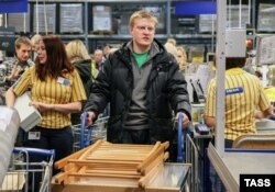 Покупатели раскупают товары в магазине ИКЕА. Московская область, 19 декабря 2014 года.