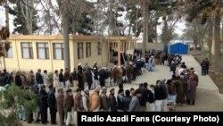 Në pritje për të votuar në një qendër votimi në Afganistan