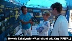 Активисты Канадской ассоциации крымских татар установили информационно-агитационные палатки на территории фестиваля в Торонто