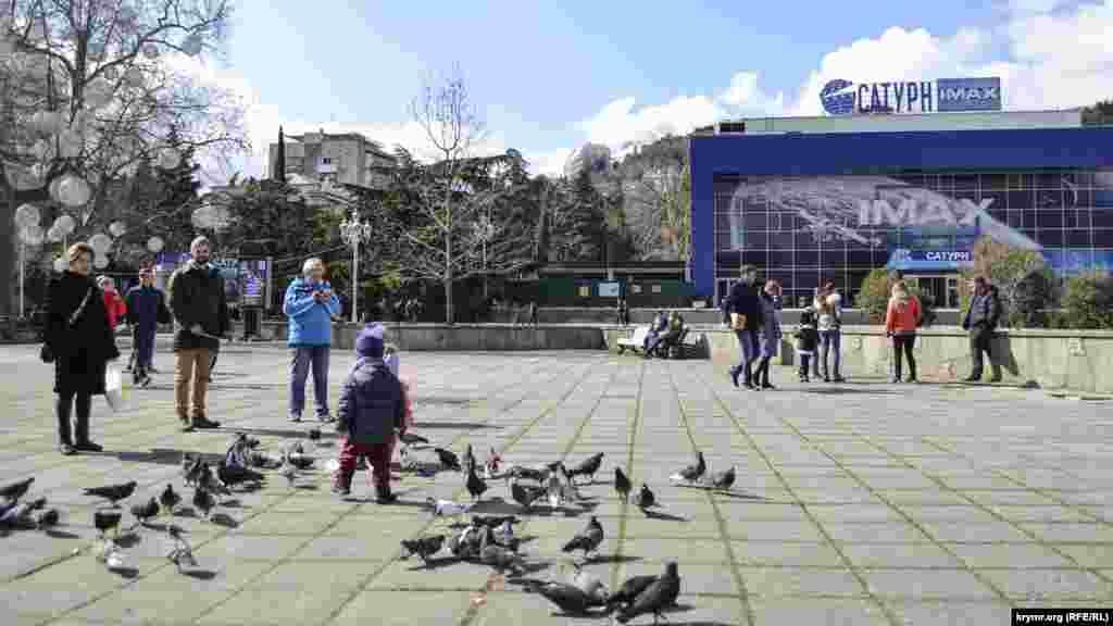Тепла сонячна погода в вихідний день покликала батьків з дітьми на головну площу міста. Серед іншого, щоб погодувати голубів