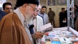 آیتالله خامنهای در حال تورق یکی از آثار شاملو در نمایشگاه کتاب تهران، ۱۳۹۸