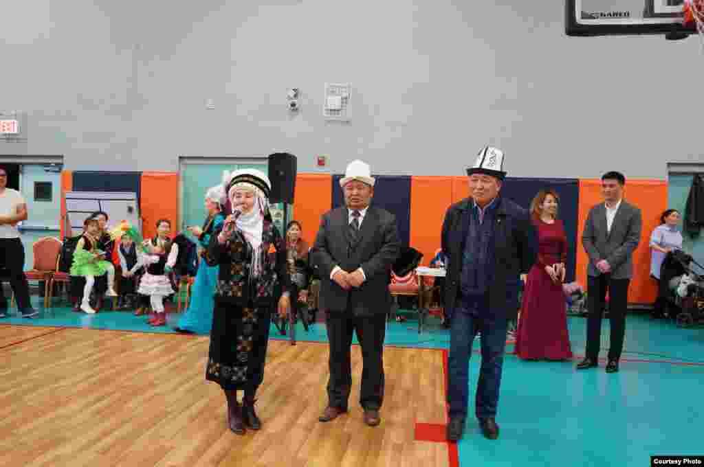 Майрамдык иш-чарада сүйлөгөн Чикагодогу кыргыздардын аксакалдары.