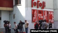 """Журналисты у входа в """"Гоголь-центр"""""""