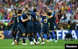 Игроки сборной Франции по футболу после победы их команды в финальном матче на чемпионате мира.