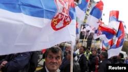 Mitrovica e Veriut - Serbët e veriut me flamujt e shtetit të Serbisë, gjatë një tubimi elektoral (Ilustrim)