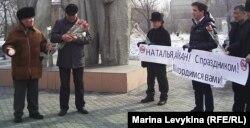 Гражданские активисты Аманжол Зейнебаев (слева) и Толеубек Махажанов (справа) открывают акцию протеста в поддержку заключенных активистов Айжангуль Амировой и Натальи Соколовой. Семей, 7 марта 2012 года.
