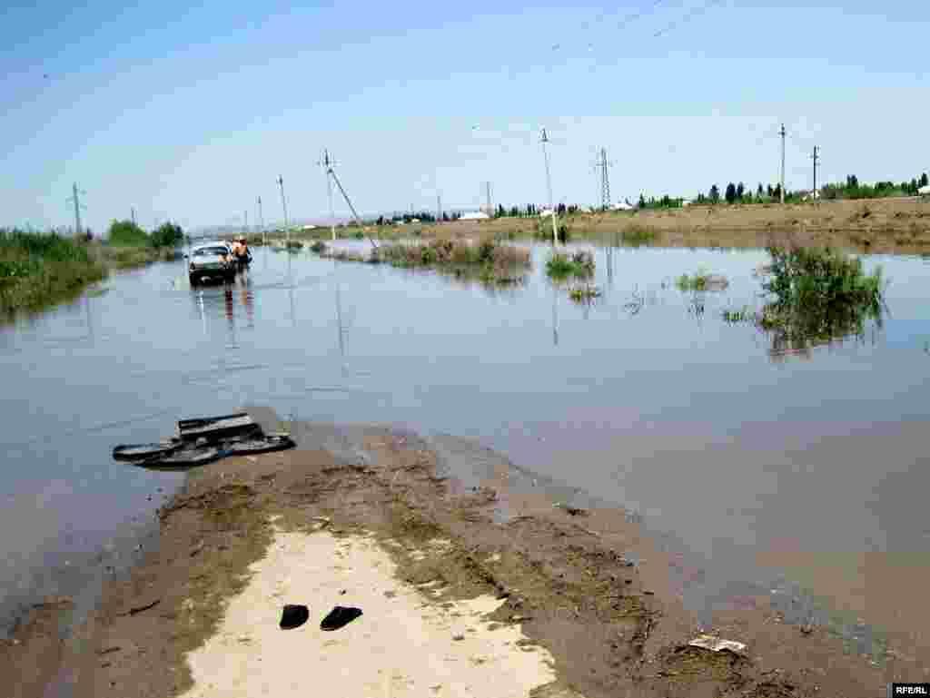 Xankeçən kəndinin sakinləri daşqın suları ilə maşın yuyurlar