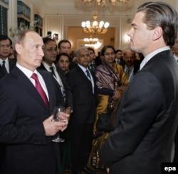 Актер Леонардо Ди Каприо (оң жақта) жолбарыстарды қорғау саммитінде Владимир Путинмен (сол жақта, премьер кезі) амандасып тұр. Санкт-Петербург, 23 қараша 2010 жыл.