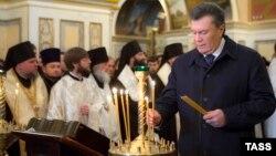 Віктор Янукович у сьогоднішній День соборності молився в Києво-Печерській лаврі