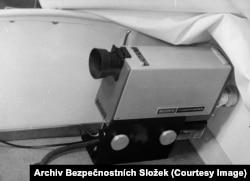 Камера установлена в углу в переднем отсеке коляски