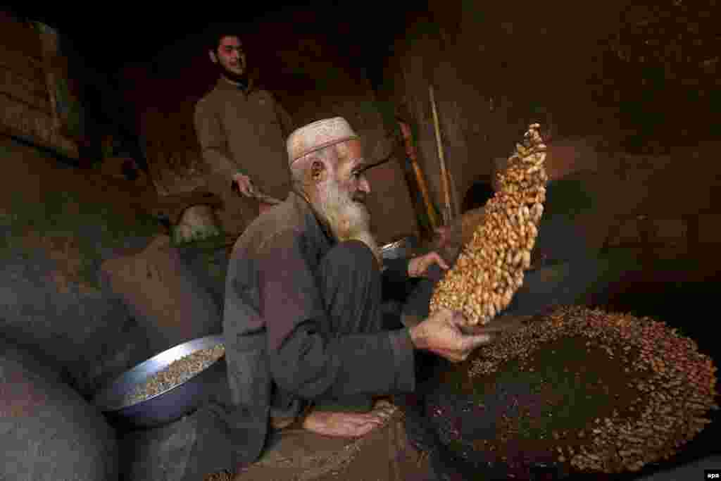 A vendor prepares peanuts on a roadside in Peshawar, Pakistan. (epa/Arshad Arbab)