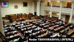 Сегодня парламент принял законопроект о пакете поправок в 11 законов Грузии в первом чтении