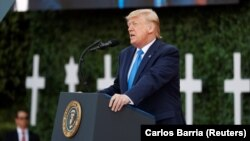 Birleşen Ştatlaryň prezidenti Donald Tramp Normandiýada geçirilen ýatlama çäresinde çykyş edýär. 6-njy iýun, 2019-njy ýyl.