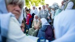 Porodice ubijenih Srebreničkih muškaraca i dječaka čekaju ukop tabuta sa posmrtnim ostacima 35 identifikovanih žrtava genocida u Srebrenici, 11. juli 2018.